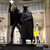 Die beiden Herren bewachen den Eingang
