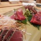 Foto zu Sushi Glas: Viermal Thunfisch mit Shisoblüte
