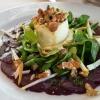 Ziegenfrischkäse mit Nüssen, Carpaccio von roter Bete, Apfelstreifen, Feldsalat
