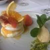 Pavlova mit Zitrusfrüchten, Buttermilchcrème und Polentarahmeis