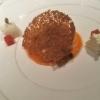 Ziegenfrischkäse, Papaya, Schnittlauchblütenknospen, Wollschwein-Lardo, gebackene Brösel