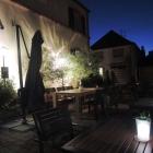 Foto zu Gaststätte Zur Krone: Abendstimmung im Biergarten 1