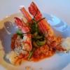 Australische rote Garnele auf Risotto mit rotem Pesto und Zucchinistreifen