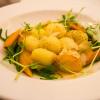 3.Parmesan-Gnocchi mit jungen Möhren und Erbsen auf Möhren-Ingwer-Sauce
