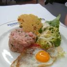 Foto zu Schlachthof Brasserie · by Klaus Erfort: Kalbstatar mit Wachtelei und Parmesan an Salatbouquet