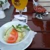 Krautsalat und scharfe Sauce im Hintergrund
