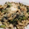 Vollkornpasta mit Stängelkohl, Knoblauch, Olivenöl und Parmesan