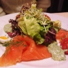 Hausgebeizter Lachs an Kräutersauce und bunten Blattsalaten