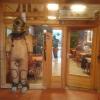 Eingang zum restaurant, links Eingang zum Verkaufsraum für Frischfisch