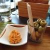 Tomatenbutter und Oliven als Amuse