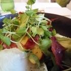 Foto zu Hubertushof: Salat von Pfirsich, Brunnenkresse und Serranoschinken