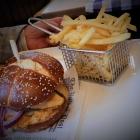 Foto zu Brauerei Gasthaus Lohhof: Bayern Burger mit Pommers