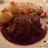Ochsenbäckchen in Rotweinjus geschmort, umlegt mit glacierten Karotten, Staudensellerie und Schalotten, dazu Speckknödel