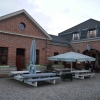Links Restaurant, rechts Deli