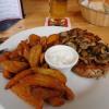 """Schweinenackensteak """"BBQ-Style """" mit gebratenen Champignons, gebackenen Kartoffelecken und Sour Cream"""
