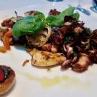 Foto zu Tano: Calamaretti, Champignons mit Pesto und Chili, gegrillte Zwiebel, knackige Gemüse