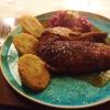 Gänsebrust mit Rotkohl, Serviettenknödel, Maronensoße, Bratapfelstücke