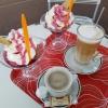 """Tasse """"Cafe Crema"""" für 1,60 €, eine Heiße Latte für 2,50 € und zwei Eisbecher """"Schwarze Johanna"""" für je 4,60 €"""