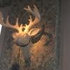 Dekohirsch an der Stirnwand des Restaurants