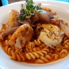 Foto zu Restaurant Alto im Atlantic Grand Hotel: Gegrillte Garnelen, Dinkelnudeln, Chili-Tomatensauce, Essig-Schalotten