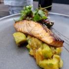 Foto zu Restaurant Alto im Atlantic Grand Hotel: Asiatisch marinierter Lachs mit Avocado-Melonen-Chutney