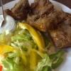 Fischteller mit Salat und Dip