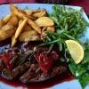 Lammfilet vom Grill mit Rotweinsauce und grünen Bohnen, dazu  Potatoes und Salatbeilage