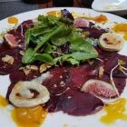 Foto zu Q1 Metropolitan Kitchen & Bar: Ein Hauch Rote Bete, Walnussöl, frische Feigen, Kumquat, gratinierter Ziegenkäse