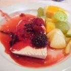 Foto zu Hotel Hochwiesmühle: Parfait mit heissen Beeren, Obstsalat