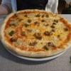 Pizza mit Steinpilzen und Gorgonzola