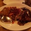 """Grillplatte """"Uluru"""" mit Steaks von Strauß, Känguru und Krokodil in Rotweinsoße, Calvados-Dijon-Creme und roter Thai-Currysoße sowie mit karamellisierte Champignons und Zwiebeln, Maiskörner mit geröstetem Paprika und Bacon für 34,00€"""