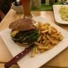 Wirtshausburger und Pommes