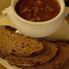 Foto zu St. Albanshof: Gulaschsuppe mit Brot