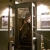 Der Eingang vor den Stufen