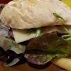 """Rindfleischburger """"Amboss"""" mit 200gr frischen Rindfleisch, Gouda und selbstgefertigter Amboss-Sauce, Peperonibrötchen und Steakhouse-Pommes"""
