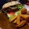 """Rindfleischburger """"Amboss"""" mit 200gr frischen Rindfleisch, Gouda und selbstgefertigter Amboss-Sauce, Vollkornbrötchen und Kartoffelecken"""