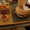 Burger El Gaucho aus 170g Angusrind mit Cheddar, Bacon, Röstzwiebeln und BBQ-Sauce für 13,90 € mit den zusätzlichen Süßkartoffelfries für 2,00 €