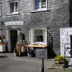 Foto zu Holztruhe am Schlosstor: