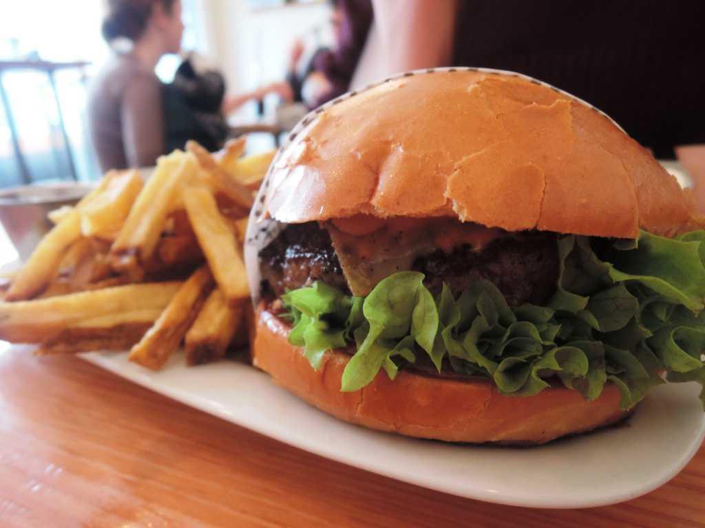 Hochwertige Homemade Burger Und Frische Fritten Dazu