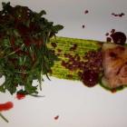 Foto zu DesTill'e: Olivenölkäse im knusprigen Speckmantel mit Himbeere & Ruccola