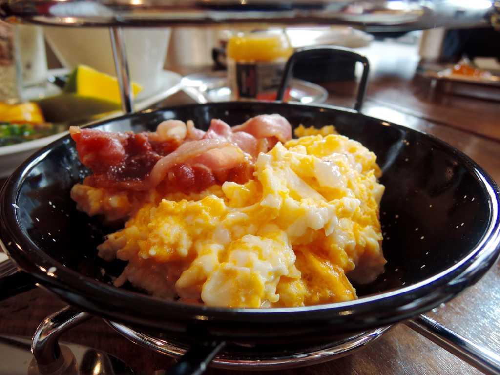 Kein Vergleich Zu Den Grauenhaftigkeiten An Internationalen Hotelbuffets.  Dazu Zwei Scheiben Gebratener Frühstücksspeck, Der Für Mich Gern Noch  Knuspriger ...