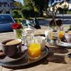 draußen sitzen bei Kaffee und Orangensaft