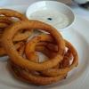 Onion Rings mit erfrischender Minz-Kräutersauce