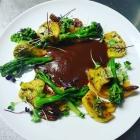 Foto zu Farbenfroh: Steckrübenpüree mit angebratener Jack - Fruit dazu Wildbrokkoli mit angerösteten Pekanüssen und Räucher - Tomatensauce