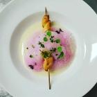 Foto zu Farbenfroh: Petersilienwurzelsuppe mit Rotkohl - Schäumchen und Kräuterbrot am Stiel