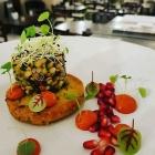 Foto zu Farbenfroh: Angebratene Polenta mit einem leichten Linsensalat, Granatapfel und pikanter Harissasauce