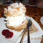 Foto zu Scheunencafe: Windbeutel mit Kirschen und Sahne