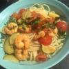 Spaghetti mit Chili, geröstetem Knoblauch, frischem Gemüse und Garnelen