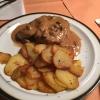 Schweinemedallions mit Champignonrahmsauce, Bratkartoffeln und Salat (9,60€).