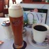 Belohnung nach 10 Stunden Anreise: Pott Kaffee und ein Weizenbier